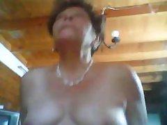 金发熟女玉在她的阴户上使用玻璃假阳具